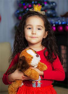 София Сякаева, 5 лет, двусторонняя тугоухость 3–4-й степени, требуются слуховые аппараты. 288404 руб.