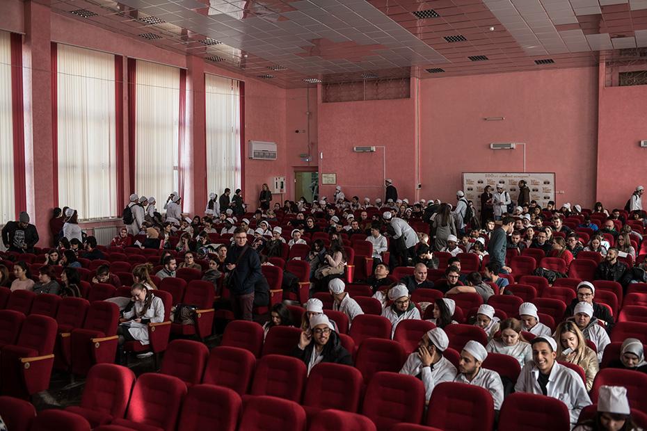 В Астраханском медицинском университете для лекции о донорстве костного мозга выделили актовый зал. Самой благодарной аудиторией оказались ординаторы