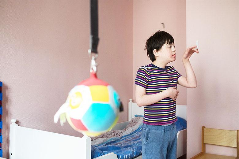 Вовке все интересно: выключатели, дверные ручки, сушка для рук, игрушки. Он как будто наконец заметил, что вокруг него большой и интересный мир