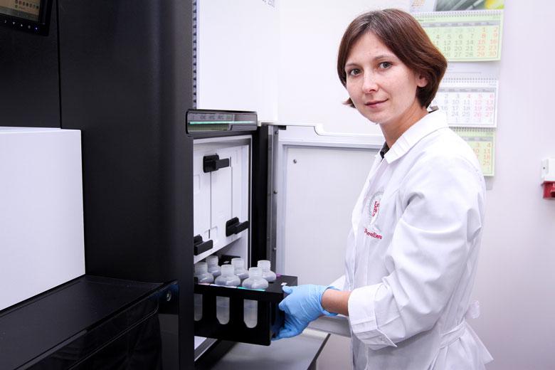 Елена Шагимарданова в лаборатории Института фундаментальной медицины и биологии КФУ