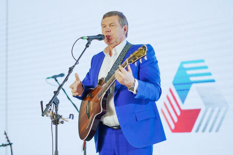 Певец Александр Новиков не только участвовал в ассамблее, но и предоставил для благотворительного аукциона концертную гитару, которая была продана за 4,5 млн руб.