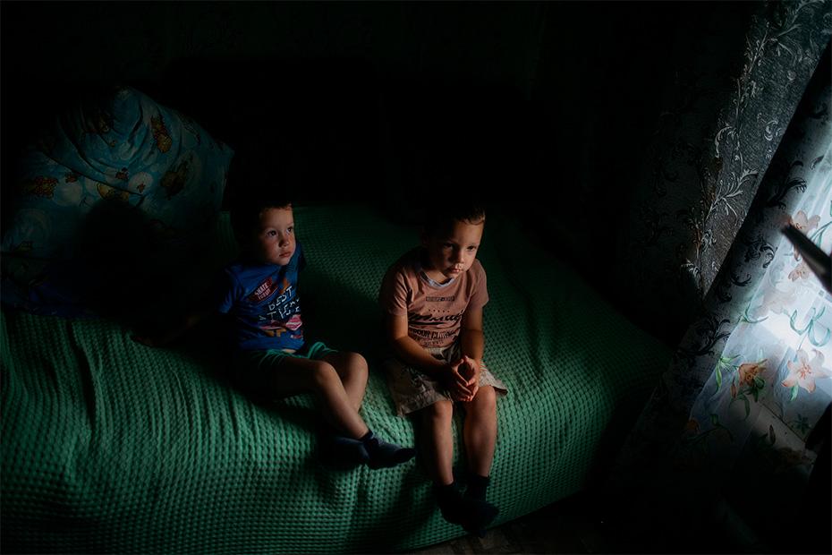 Владик и Саша любят гулять и смотреть мультфильмы на телеканале «Карусель»