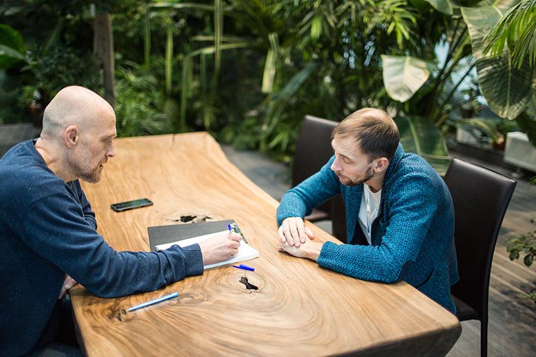 Руководитель отдела медицинской физики МИБС Георгий Андреев проверяет, как корреспондент Русфонда усвоил материал про протоны и фотоны